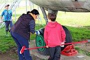 VELKÝ ÚKLID. Dobrovolníci pomáhali o víkendu vLeteckém muzeu Kunovice.
