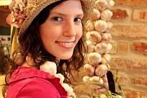 Nejkrásnější slovácký typ – miss česnek 2011 Ivana Červenková ze Strážnice.