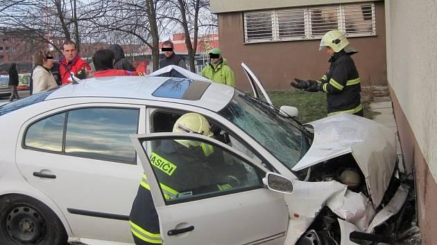 Napřed projel dvě křižovatky na červenou, a pak narazil do policejní budovy