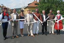 Silnice mezi Vlčnovem a Veletinami byla slavnostně otevřena o měsíc dřívě.