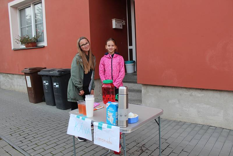 V koloně ve Véskách stráví řidiči i 90 minut. Školačky jim tam z chodníku nabízejí občerstvení.