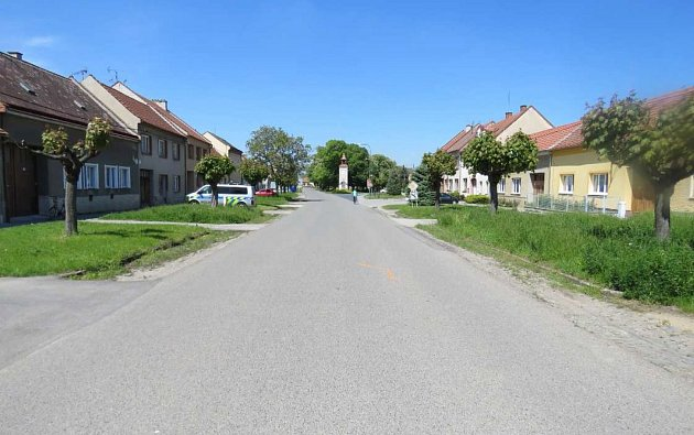 Cyklistka narazila do boku auta vUherském Ostrohu.