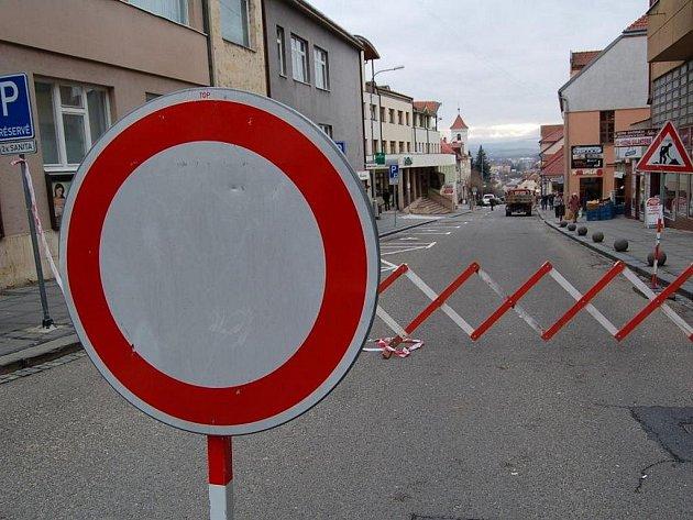 V ulici Bří Lužů v Uherském Brodě se propadá silnice.
