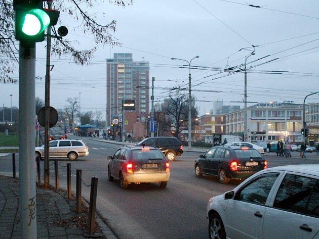 I když řidičům na semaforu svítí zelená, nemohou jet. Křižovatkou totiž stále projíždějí auta z druhé ulice.