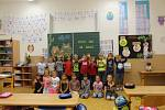 Malí školáčci na první hodině vyučování