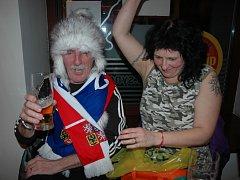 Už před utkáním Česka se Slovenskem bylo jasné, že alespoň polovina smíšeného manželkého páru Sklenárových bude po závěrečném hvizdu spokojená. Nakonec byla ta šťastnější Češka Eva, která musela po utkání svého slovenského chotě Rudolfa utěšovat