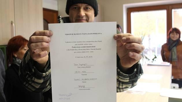Jiří Trávníček ukazuje podepsané rezignační oznámení Petra Frydrycha, který měl nastoupit do zastupitelstva za Zuzanu Kubáňovou.
