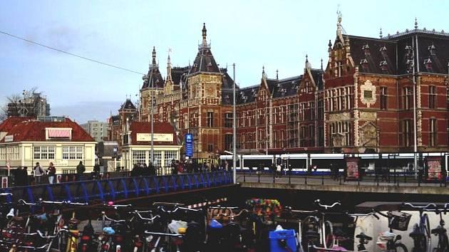 Pohled na Amsterdam: Holanďané jsou stejně jako Němci nadšení cyklisté.