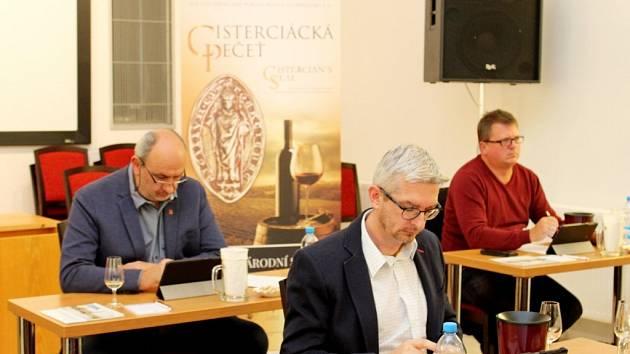 Khodnocení vín zasedli degustátoři vsále Velehradského domu svatých Cyrila a Metoděje.