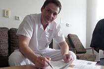 Primářem neurologického centra Uherskohradišťské nemocnice je Petr Procházka.