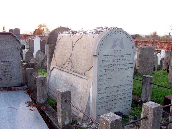 Židovský hřbitov, Holešov: Vcelém židovském světě proslavený učenec, spisovatel a teolog Sabbataj ha-Kohen (16211663).