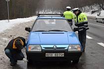 Specialisté spolu s policisty v pondělí kontrolovali, zda mají šoféři v pořádku zimní pneumatiky.