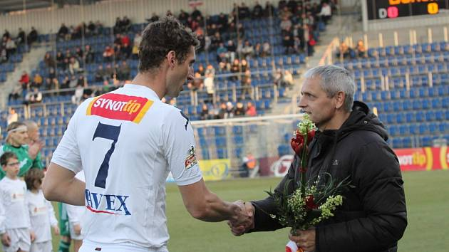 akhle ředitel Slovácka Vladimír Krejčí (vpravo) v minulém roce gratuloval Liboru Doškovi k odehrání 300. utkání v Gambrinus lize. V sobotu mu bude před zápasem s Duklou blahopřát k ještě významnější metě.