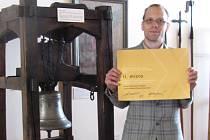 Ředitel Muzea Bojkovska Tomáš Hamrlík s diplomem.