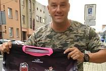Petr Švancara s dresem Bazooka CF Uherské Hradiště.