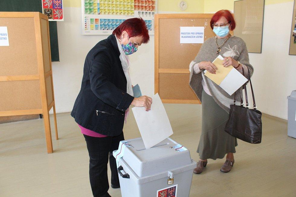 Zazvoněním školního zvonku začaly krajské a senátní volby v budově Gymnázia Uherské Hradiště do místních volebních okrsků sedm a čtyři, kde v pátek před 14. hodinou začali voliči tvořit zástup. Dvě první voličky na Gymnáziu Uherské Hradiště.