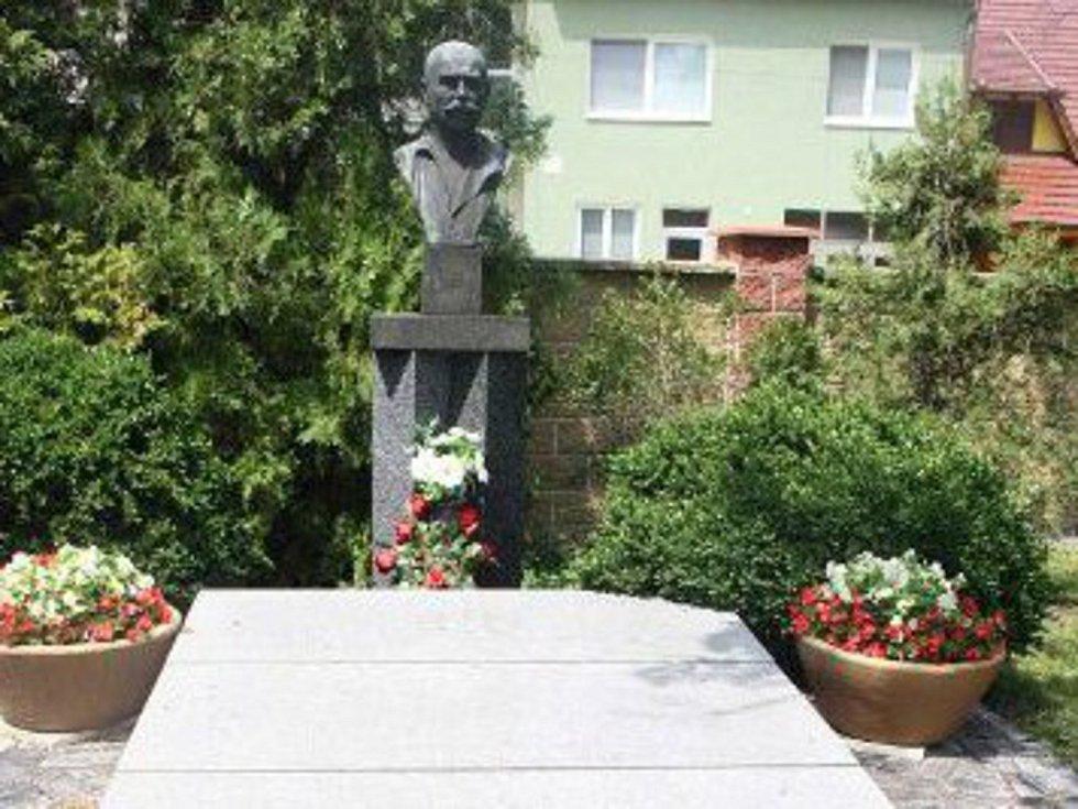 Hrob Joži Uprky v Kněždubu.