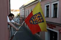 Vyvěšování moravské vlajky v Prostřední ulici v Uherském Hradišti. Na snímku Ondřej Kunc.