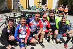 Do Hradiště dorazil peloton cyklistů v čele s mistrem světa Josefem Zimovčákem. Zastávka na nádvoří Reduty. Stanislav Dufka (třetí zprava), Radek Bartoníček (druhý zprava).