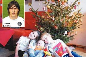 Stoper Slovácka Jan Trousil (na menším snímku) se těší na chvíle strávené s rodinou. S manželkou Šárkou mají tři děti zleva Anetka (9 let), Matěj (1,5) a Filip (6), které opět po roce jistě najdou pod vánočním stromečkem spoustu dárků.