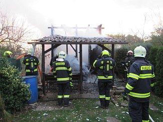 K požáru zahradní chatky, která se nachází v Uherském Ostrohu, vyjeli hasiči ve středu 24. října krátce po páté hodině odpolední.