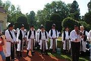 Pod zámeckými schody hráli Burčáci a zpíval mužský sbor z Míkovic.