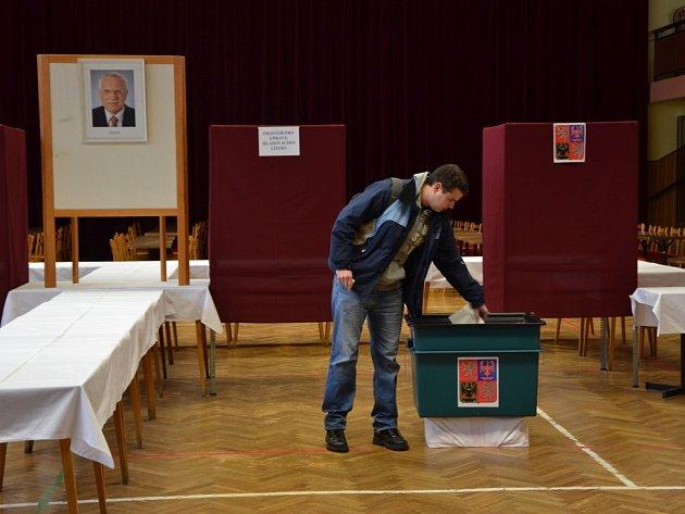 Otevřely se volební místnosti po celé zemi, na snímcích jsou Babice, Boršice, Huštěnovice a Staré Město.