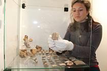 Instalace Archeologické expozice Dolní Němčí v tamním Muzeu Na Mlýně. Klára Augustinová ze Slováckého muzea.