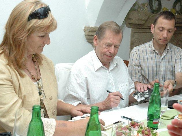 PODPISY. Exprezident Václav Havel při setkání s herci v uherskohradišťském hotelu Slunce rozdával i autogramy. Jeden dostala i Naděžda Slachová, manažerka Slováckého divadla (vlevo).