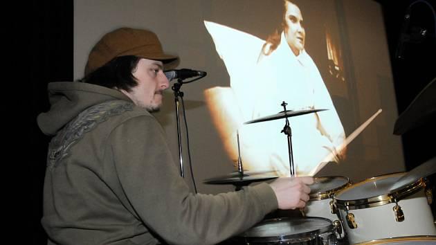 Muzikantské duo Václavek-Dvořáček hudebně doprovodilo němý film.