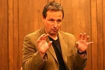 Známý novinář Martin Komárek při povídání v Uherském Ostrohu.