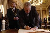 Podpis do kroniky města Uherského Hradiště byl obligátní nezbytností.