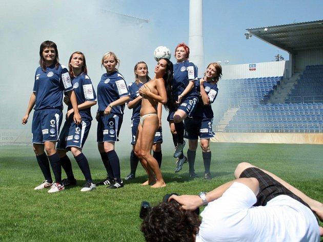 Fotbalistky Slovácka pozóvaly spolu s polonahou modelkou.