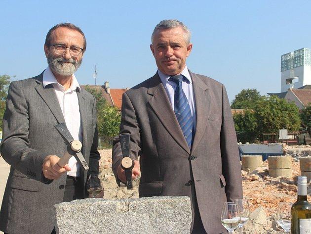 Zahájení stavby Základní umělecké školy ve Starém Městě navštívil starosta Starého Města Josef Bazala i ředitel Základní umělecké školy Uherské Hradiště Stanislav Nemrava.