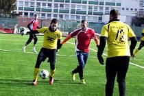 Fotbalisté Strání (žluté dresy) na hlavním stadionu v Trenčíně podlehli Trenčianským Stankovcím 1:2.