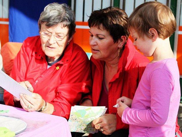 Eva Hohausová vysvětlila účastníkům, kudy se dostanou k jednotlivým kontrolním stanovištím.