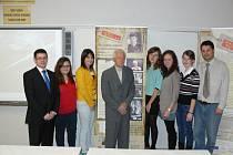 Výstava ve škole UNESCO v Uherském Hradišti obsahuje dokumenty a fotografie ze života lidí, pronásledovaných komunistickým režimem. Příběh jednoho z nich, Vladimíra Drábka z Kudlovic, zpracovali žáci hradišťské školy.