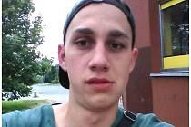 Dvacetiletý Jakub Holec měří asi 185 cm, je štíhlé postavy. Má tmavé vlasy a hnědé oči, přes hrudník a prsa má tetování.