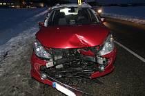 Toyota skončila po srážce na boku.