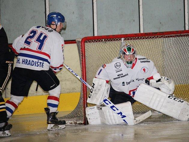 Hokejisté Uherského Hradiště (v bílém) podlehli Kroměříži 1:13.
