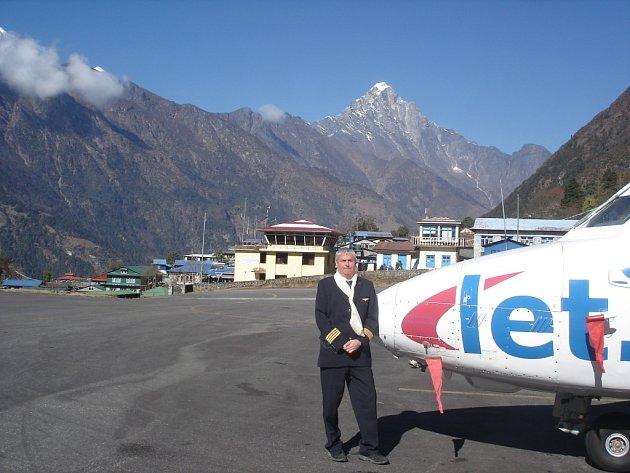 Letadlo L 410 přistálo na nejnebezpečnějším letišti světa – nepálské Lukle.