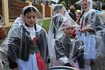 Průvod Slováckých slavností vína a otevřených památek se po ránu tradičně šikoval ve Vinohradské ulici. Letos však účastníkům nepřálo počasí, tak se krása krojů schovávala pod pláštěnkami.