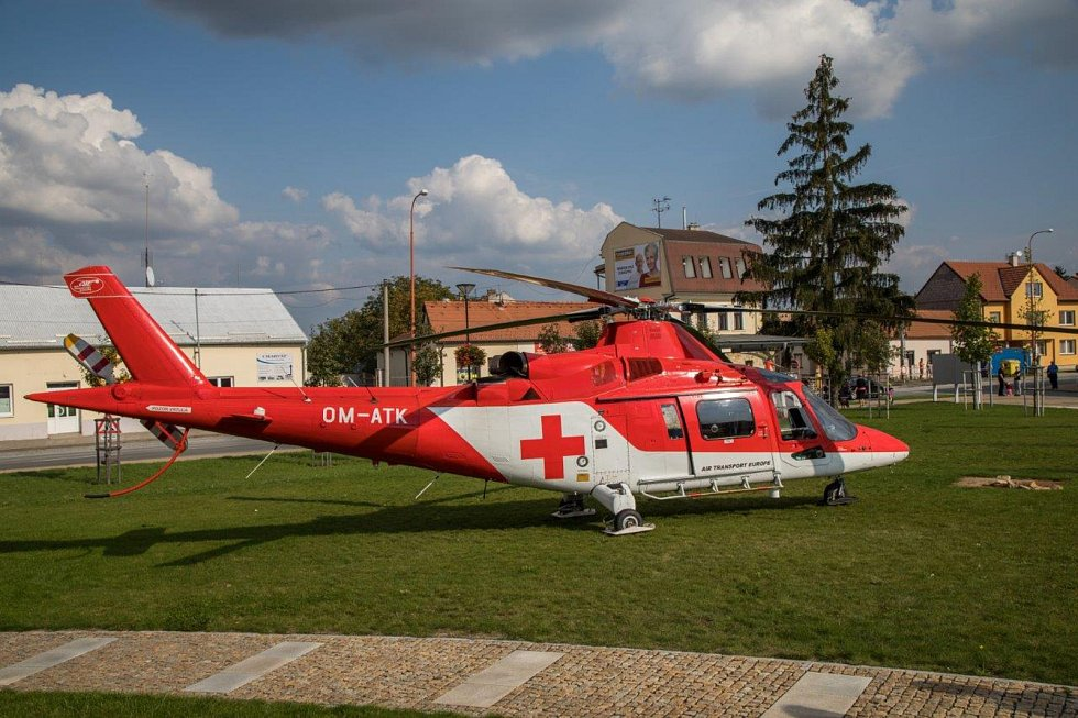 Vrtulník, který přistál ve Starém Městě, aby transportoval zraněné.