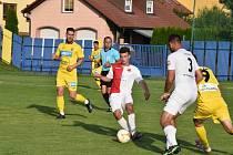 Fotbalisté Strání (žluté dresy) v 1. kolo MOL Cupu podlehli třetiligové Kroměříži 2:4.