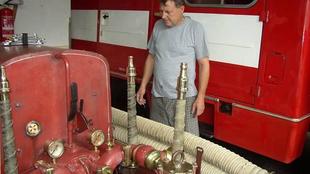 Zájem návštěvníků hasičské oslavy přitahovala i historická ruční stříkačka.
