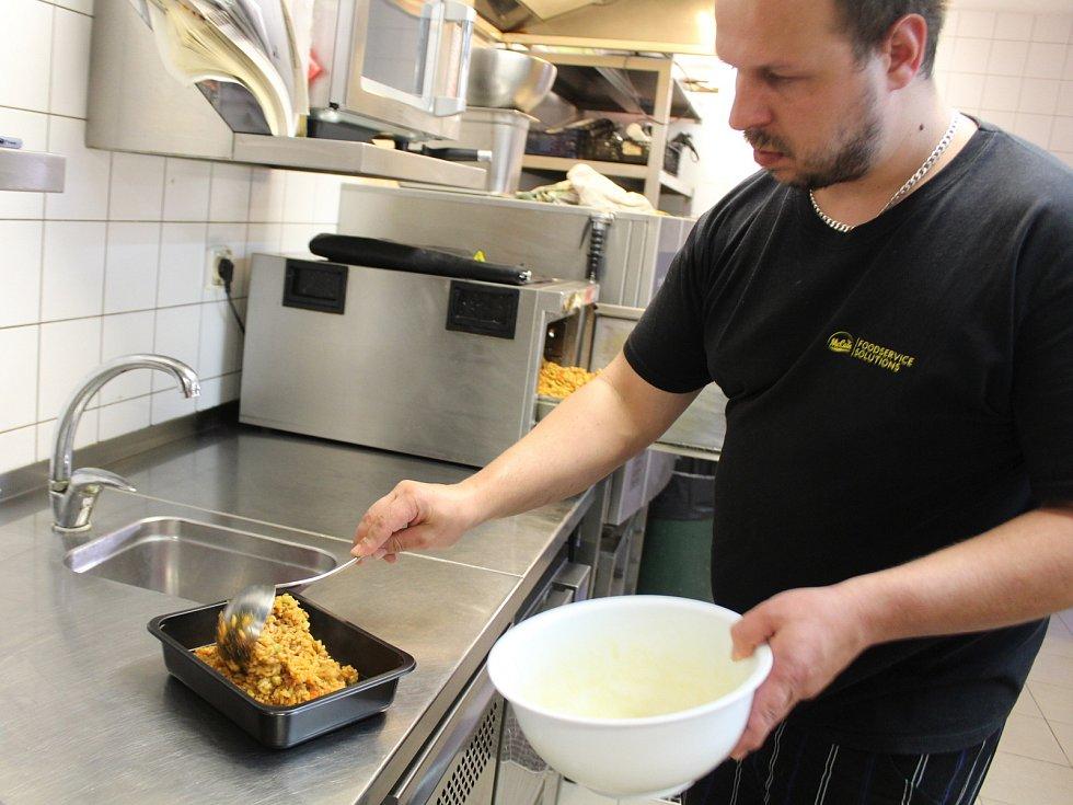 Restaurace U Bláznivé slepice v Uherském Hradišti. Příprava meníčka v kuchyni.
