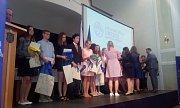 Studenti přebírají certifikáty jazykových zkoušek