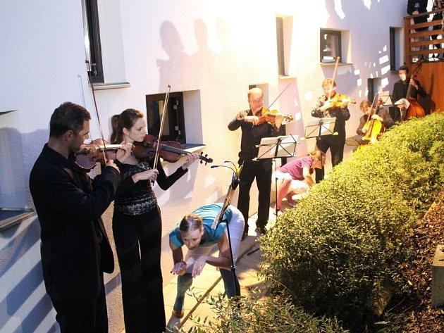 Velmi netradičním a mimořádně zajímavým multimediálním způsobem zahájila ve čtvrtek 4. září večer promítací sezónu přenosů oper a baletů Městská kina Uherské Hradiště spolu s hudebním spolkem Umíme Hrát (se zkratkou UH).