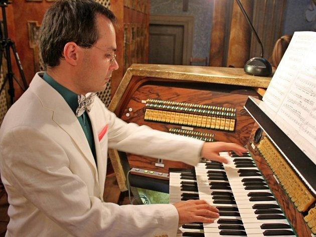 V BAZILICE. Varhanní koncert Michaela Bártka přilákal v pátek večer do velehradského chrámu celou řadu velehradských i přespolních posluchačů.