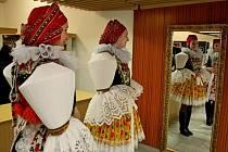 KRÁSA KROJŮ. Nejen při české besedě vynikly při krojovém plese v Babicích pestrobarevné oděvy tanečnic a tanečníků.